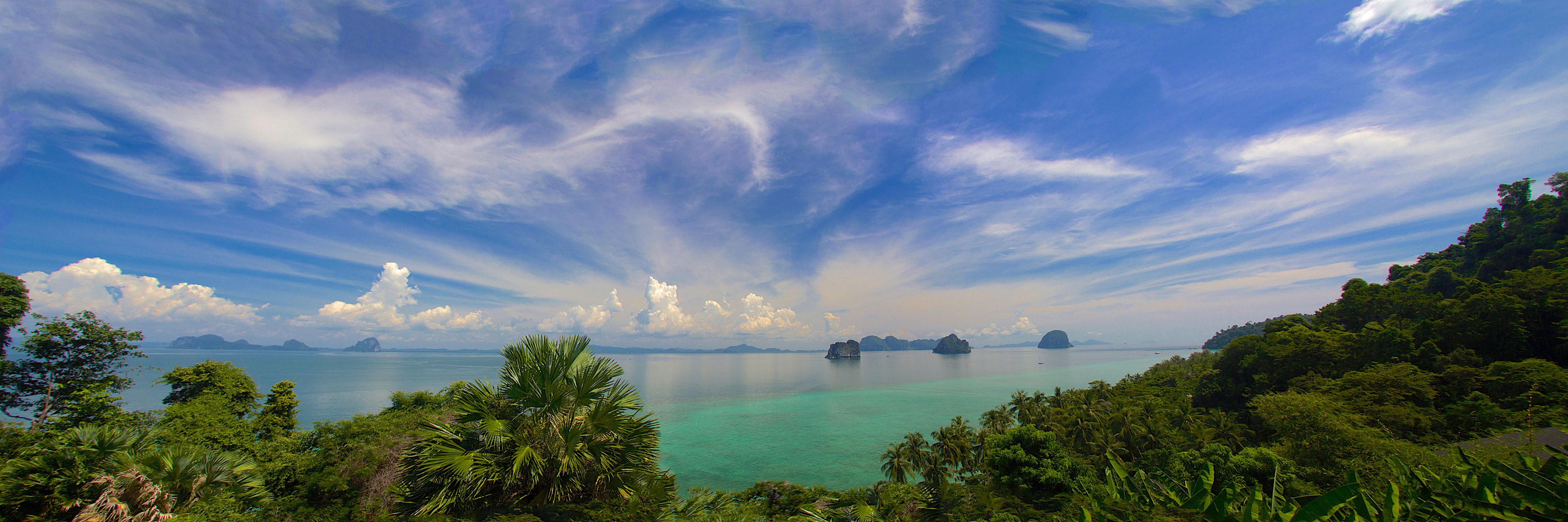Panorama vom Berg auf das blaue Meer vor Koh Ngai / Koh Hai in Thailand/Krabi